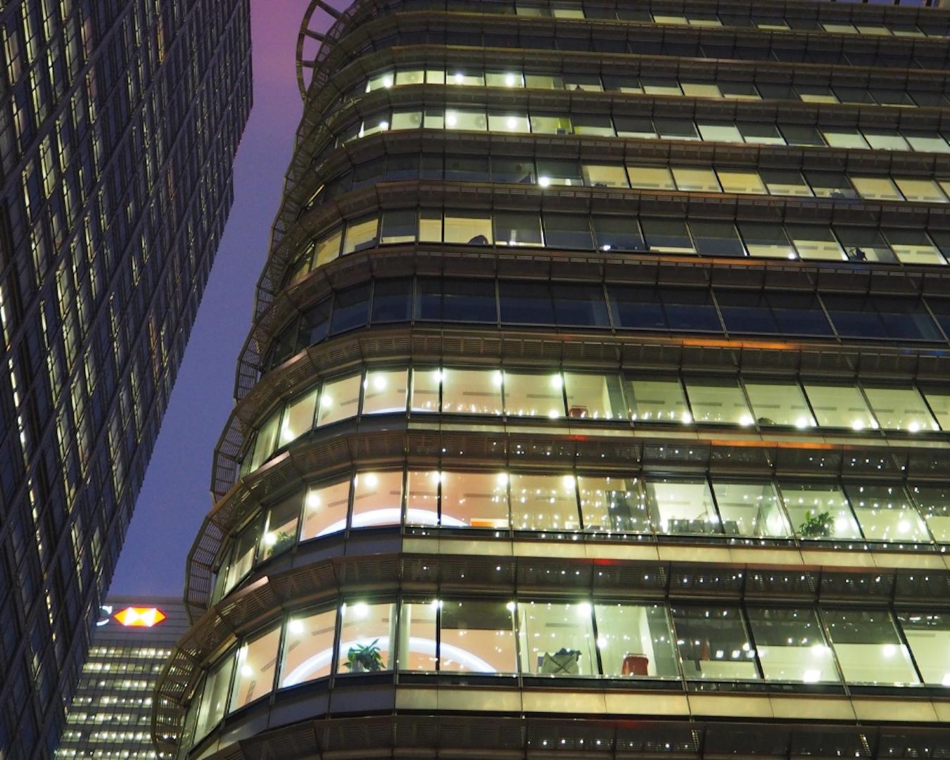 oświetlony budynek